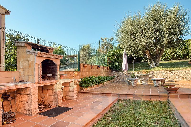 Beautiful villa with 5 bedrooms, two living areas and flat lano