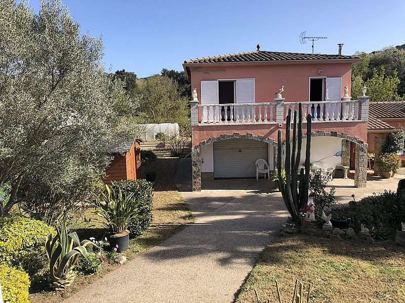 Single cottage with swimming pool and private garden in 1317m2 plot.