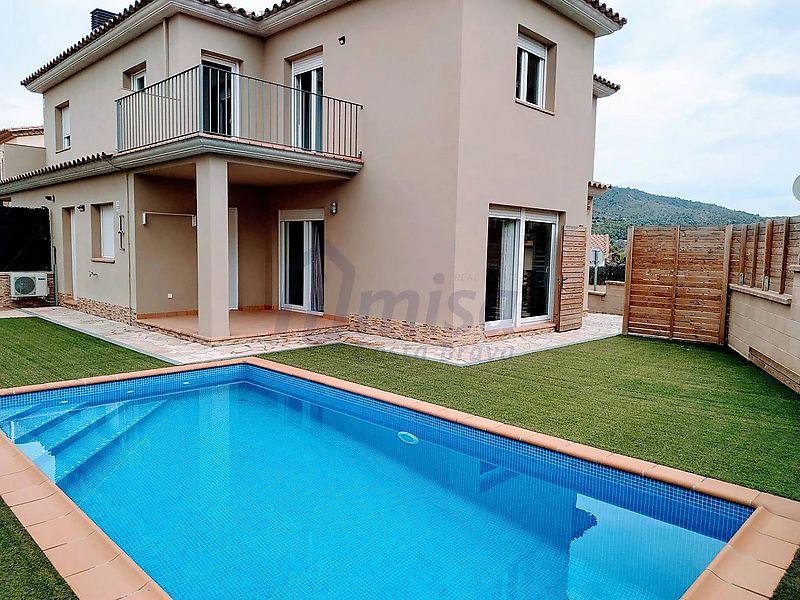 Newly built townhouse, located in the picturesque village of Calonge.