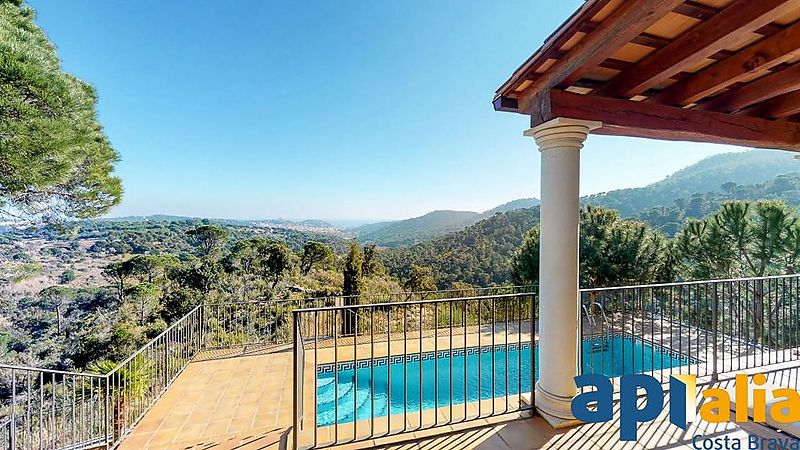Luxury villa with stunning views of mountains, sea and Sant Feliu de Guixols, located in the residential area Casa Nova. A house with optimal privacy