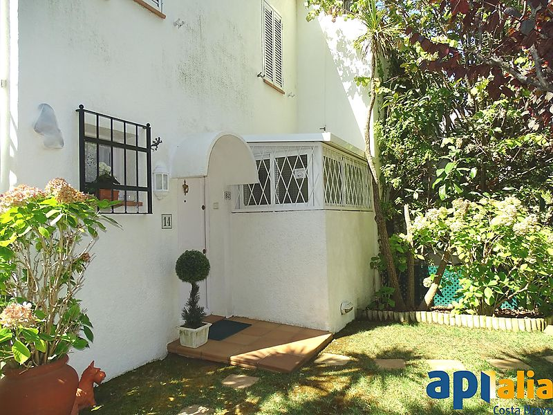Semi-detached house with three winds in S'agaró, with communal pool