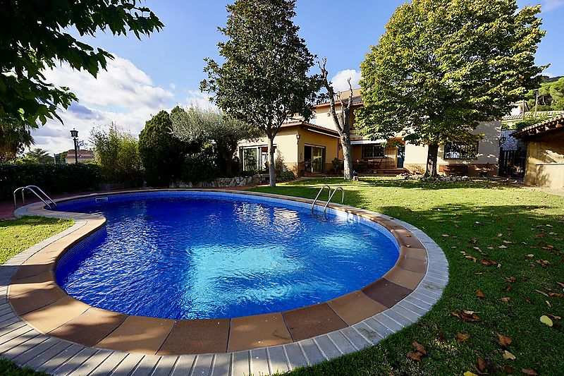 HOUSE FOR FAMILY LIVING WITH GARDEN, SWIMMING POOL AND WITH ALL SERVICES.